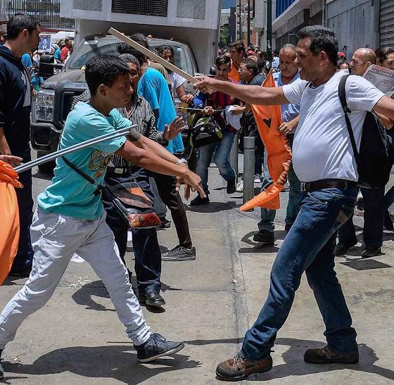 Democracia bolivariana desce o pau na oposição