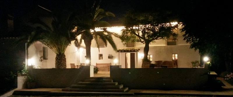 patio caserío andaluz con palmeras por la noche