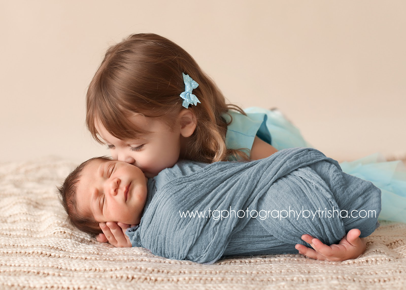 3 Girls Sibling Photo Ideas With Newborn