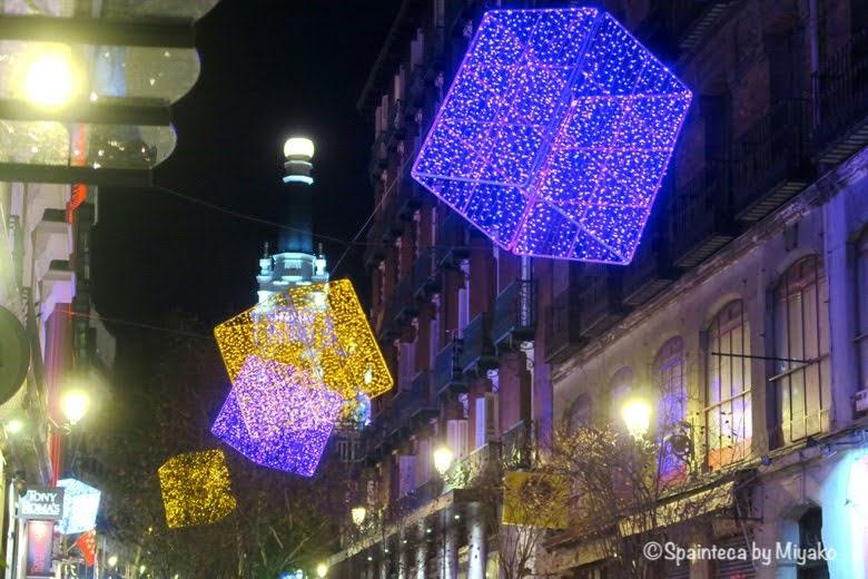 マドリード街角の箱型のクリスマスイルミネーション