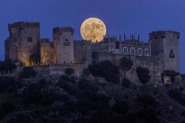 Mặt Trăng đang mọc lên ở Lâu đài Almodóvar tại thành phố Cordoba, miền nam Tây Ban Nha. Hình ảnh: Miguel Morenatti/AP.