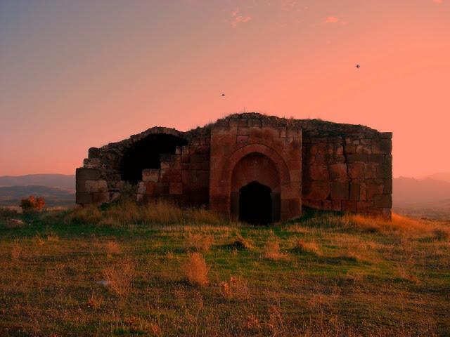 Города  Большинство городов Каппадокии либо известны с древнейших времён и упоминаются во многих источниках античности, либо были основаны исламскими завоевателями ок. XIII в.   Исторические области Малой Азии во времена классической античности Кайсери — Кесария Каппадокийская,арм.Մաժաք (Мажак), основана ок. 3000 г. до н.э. Невшехир — стар. Мускара, Нисса Ургюп — Прокопион Гёреме — стар. Корама Аванос — стар. Венасса Султанханы — известен с 1229 г. Гюзельюрт — антич. Гельвери Агзыкарахан Алайхан — известен с 1292 г. Оресин-Хан — известен с XIII в. Хаджибекташ — стар. Доара Конья (в отдельные исторические периоды также входила в состав Каппадокии) — стар. Иконион Мустафапаша — стар. Синассос Аксарай — Колония Каппадокийска