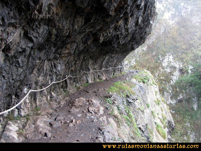 Ruta de las Xanas y Senda de Valdolayés: Sendero de las Xanas entre las rocas