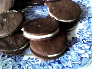 """galletas de chocolate tipo oreo, galletas rellenas"""