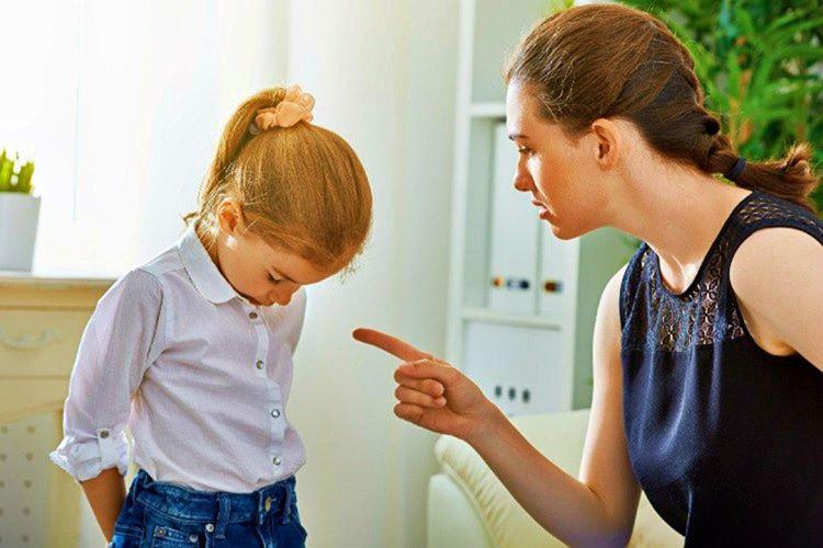 Çocukları her yanlışında azarlamanız tutumsal problemlere neden olacaktır.