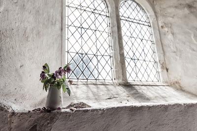 imaginea unei ferestre de la o biserică ruinată - foto de Jez Timms, de la o capelă din Marea Britanie - preluată de pe unspash.com