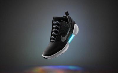 Η NIKE παρουσίασε παπούτσια που τα κορδόνια δένονται με το πάτημα ενός κουμπιού