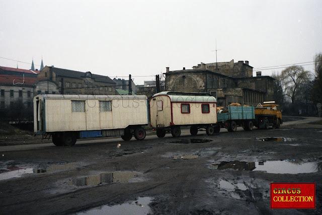 convois avec deux roulottes et un camion