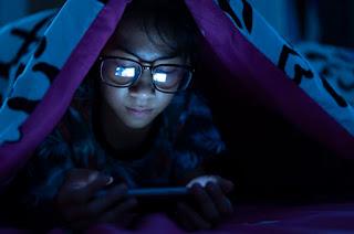 Bahaya di Balik Kebiasaan Menggunakan Ponsel Pada Saat Jam Tidur