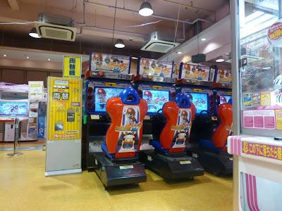 Entrer dans une arcade de jeux à Tokyo