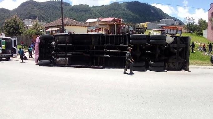 Vuelca trailer en la explanada del Carmen, Su conductor originario de Puebla.