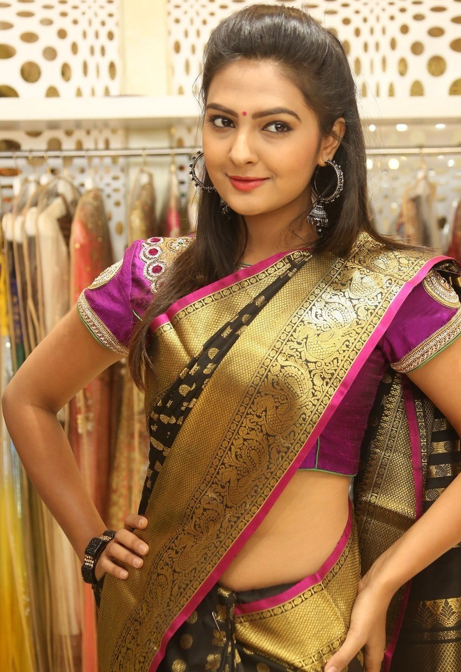 South Indian Hot Girl Neha Deshpande Hip Navel In Traditional Black Saree