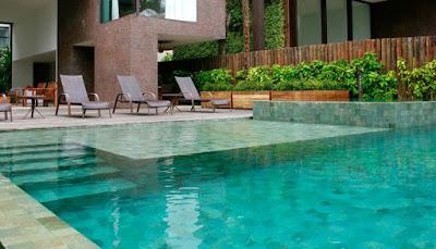 kolam renang dengan batu alam