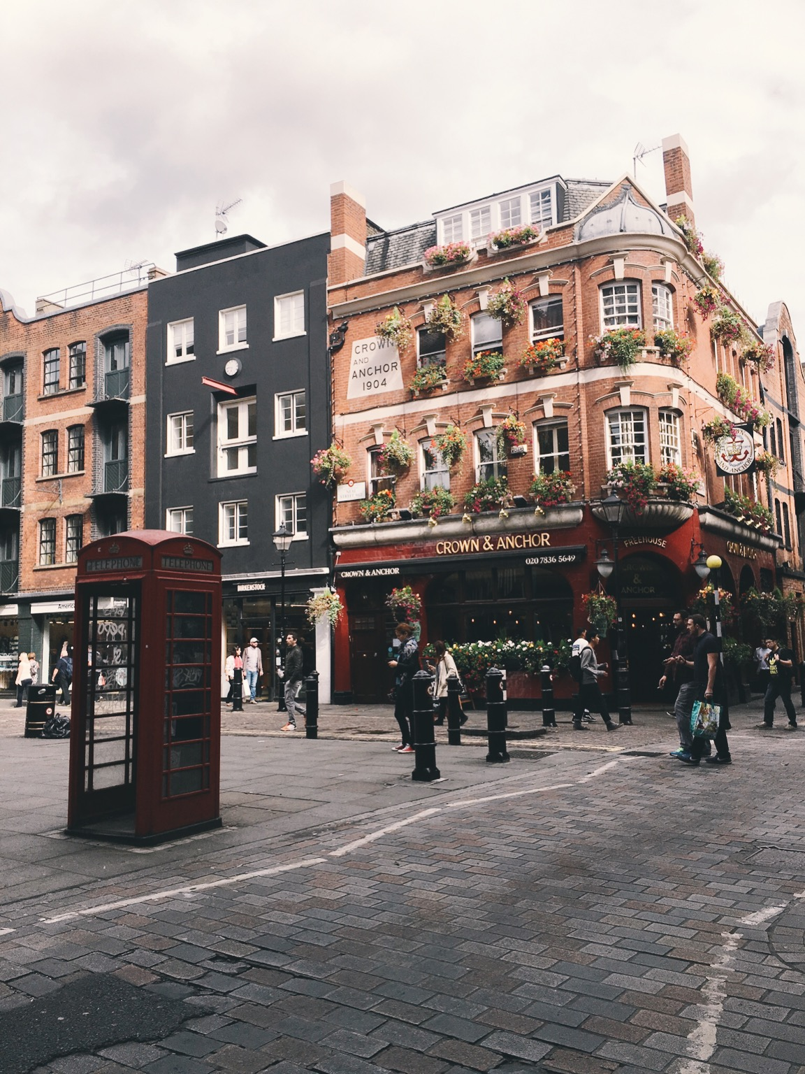 London pub and phone booth in city center