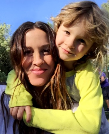 Foto de Alanis Morissette con su pequeño