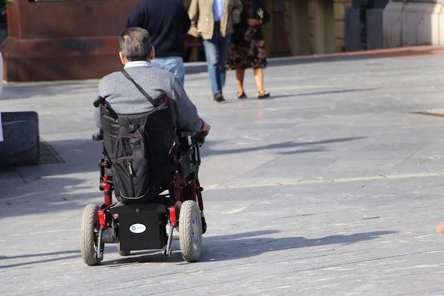 Persona en silla de ruedas en Herriko Plaza