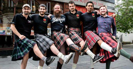Cantineros escoceses acosados se rehúsan a usar kilts