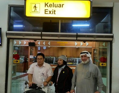 Syarif Hidayat Anang (center), arrives in Jakarta after being spared from death row in Saudi Arabia.