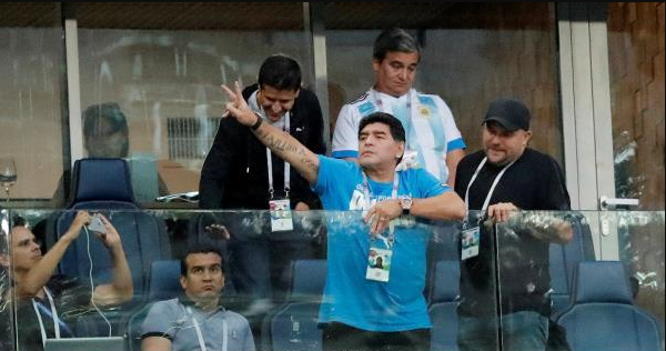 نقل مارادونا للمستشفى بعد فوز الأرجنتين!