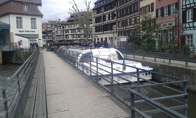 Fransa Strasbourg'da kanal turu ve üstü kapalı tekneler