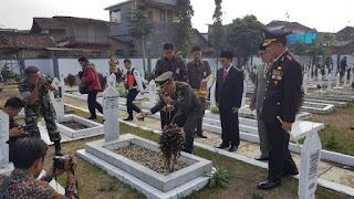 Dandim 0607 saat menabur bunga di Taman Makam Pahlawan Surya Kencana Kota Sukabumi (Foto: Istimewa)