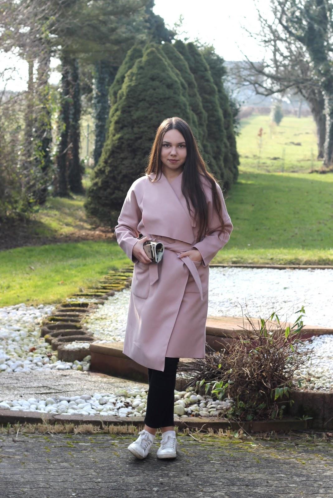 rosa frühlingsmantel outfit