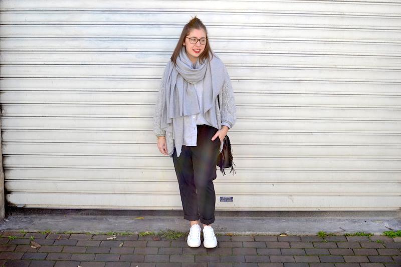 gilet en laine Pretty Wire, chemise grise Uniqlo, écharpe grise Zara, pantalon tailleur Uniqlo, sac M Maje, sneackers André