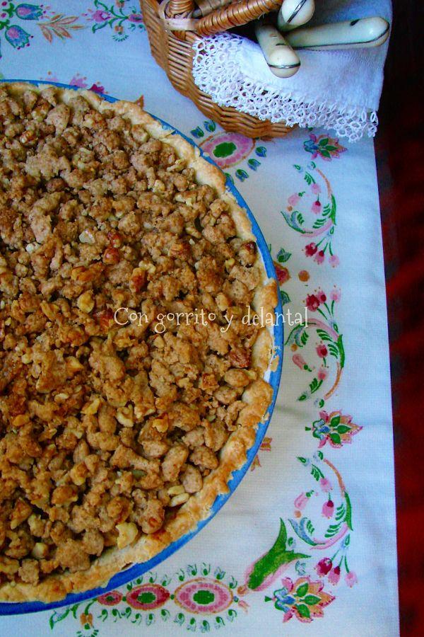 pastel-de-manzana-con-crumble-con-gorrito-y-delantal