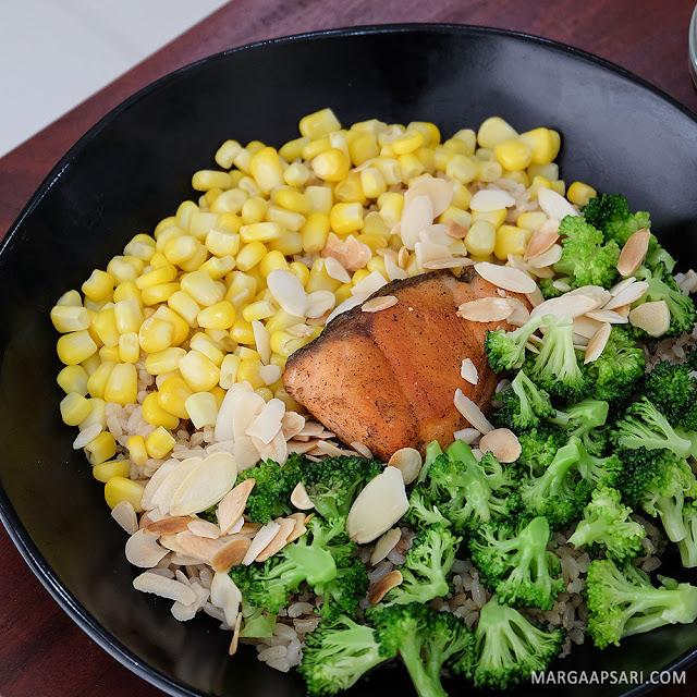 Salmon salad bowl di Farm To Table - Alam Sutera, Tangerang
