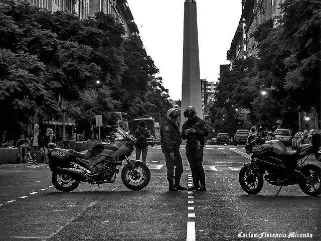 Dos policias bloqueando la Avda.con el Obelisco de fondo