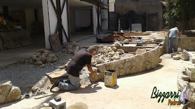 Bizzarri executando uma mureta de pedra com pedra rústica, fazendo o canto da mureta onde depois iremos fazer as escadas com o piso de pedra em construção com pedras em São Paulo-SP. 28 de setembro de 2016.