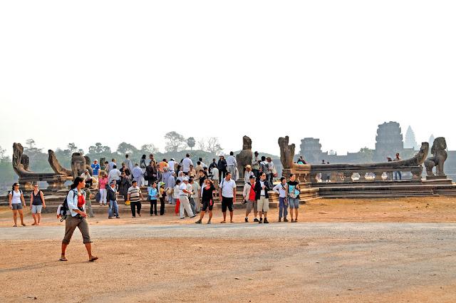 Touristes à Angkor Wat. Photographie par Dennis Jarvis (cc)