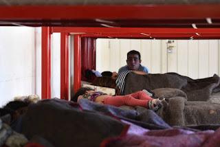 Después de la tormenta de ayer que inundó accesos y docenas de casas de distintos departamentos de la provincia, todavía quedan 15 evacuados en el polideportivo Nicolino Loche de Guaymallén y cuatro escuelas siguen sin clases por problemas en los edificios.