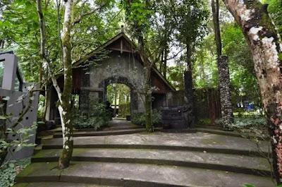 Salah satu keunikan Museum Ullen Sentalu adalah konsep bangunannya yang menyatu dengan alam