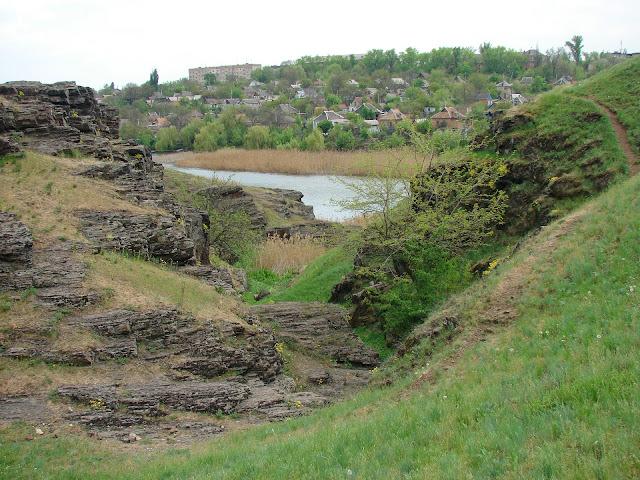 Скалы в овраге