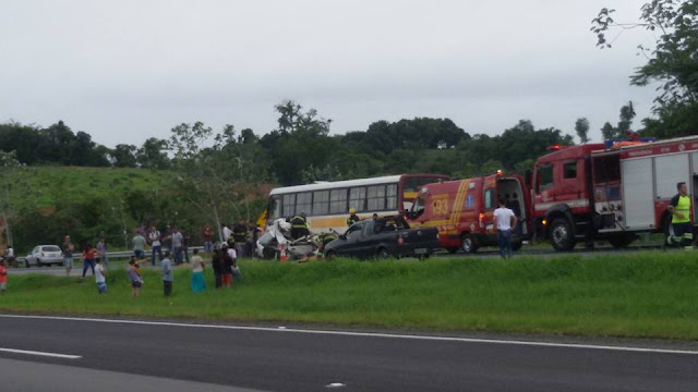 Acidente - Palio Branco de Joinville bate na traseira de ônibus em Registro-SP