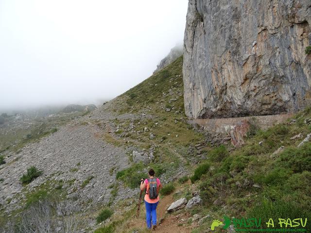 Ruta a Peña Chana: Canal de Agua del Lago del Valle