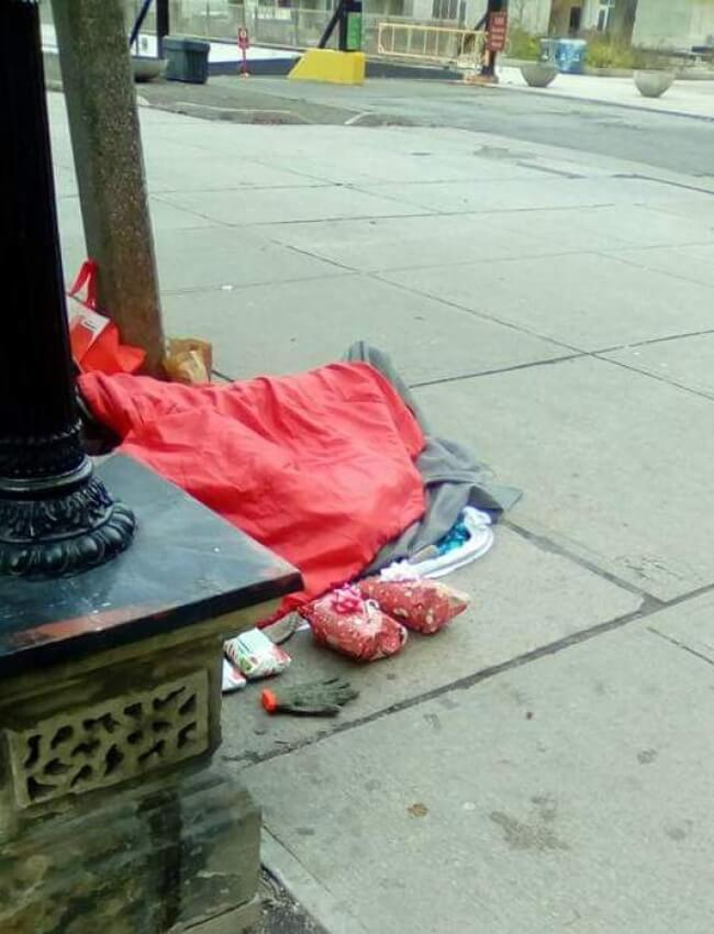 22 Stirring Pictures That Made Even The Toughest Of Us Cry - While this homeless person was sleeping, strangers left Christmas presents for him.
