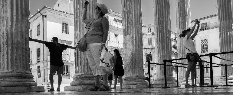 Photographie panoramique prise par Jean-Claude Martinez de touristes sous les colonnes de la Maison carrée de Nimes