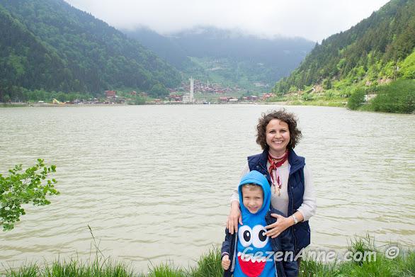 Oğlumla birlikte Uzungöl kıyısında