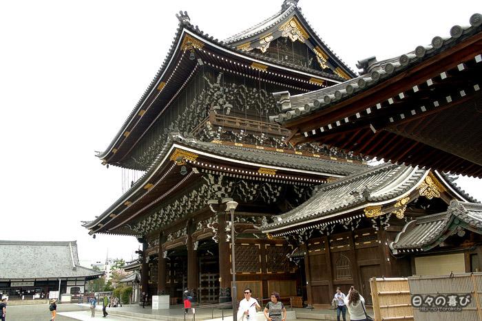 porte d'entrée depuis la cour, Higashi Hongan-ji, Kyoto.