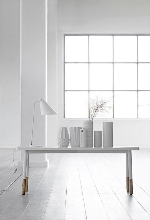 Auf einem Tisch stehen weiße Vasen in unterschiedlichen Formen und Strukturen