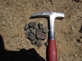 Martillo de geologo y muestras minerales | Rodrigo