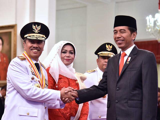 Jokowi Lantik Syamsuar dan Edy Nasution Pimpin Riau