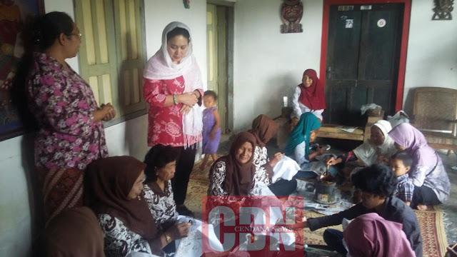 Titiek Soeharto berbincang  dengan Mbak Mamik dan para pengrajin sebelum meninjau kawasan wisata Blue Lagoon