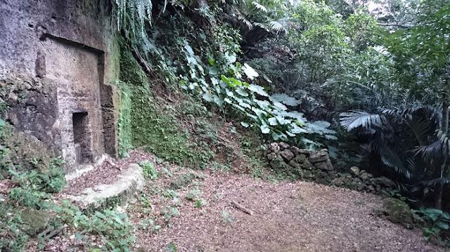 前川樋川と前川民間防空壕の岩壁にあったお墓の写真
