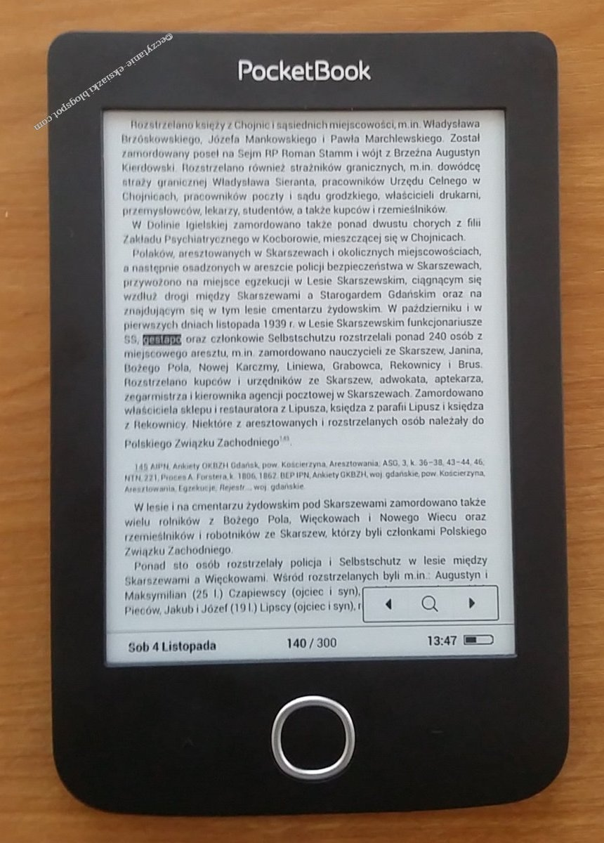 Widok wyszukiwania w czytniku PocketBook Basic 3. Wyszukiwane słowo zaznaczone jest przez białą czcionkę na czarnym tle. W prawym dolnym rogu znajduje się ikona ze strzałkami umożliwiająca przechodzenie pomiędzy wynikami wyszukiwania