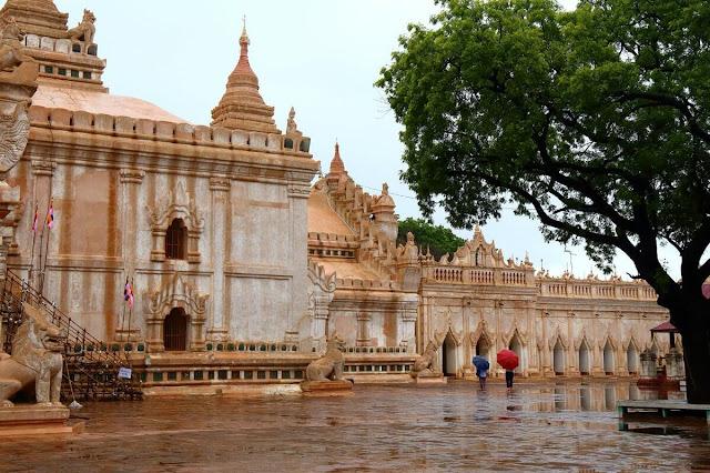 Cũng như các ngôi đền/chùa khác ở Bagan, bạn phải để toàn bộ giày dép ở ngoài và chỉ được đi chân trần vào bên trong (không được mang tất/vớ). Bạn nên mặc quần áo kín đáo, không nên quần cộc áo ba lỗ hoặc váy đối với nữ giới vì có thể bị từ chối không cho vào đền tham quan.     Thời điểm thích hợp nhất để du lịch Bagan nói chung là khoảng từ tháng 10 – 2 hàng năm vì không khí mát mẻ, ít mưa, có thể bay khinh khí cầu. Ananda được xem là một trong 4 ngôi đền bắt buộc phải tới thăm khi bạn đến Bagan cùng với đền Shwezigon, Dhammayangyi và Shwesandaw.