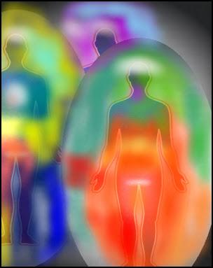 tres siluetas de personas envueltas c/u en su respectiva aura multicolor