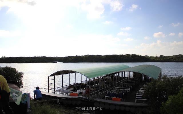 竹筏安穩地停放在堤防旁。